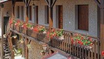 Hotel des Trois Maures Bourgogne - gallerij met geraniums