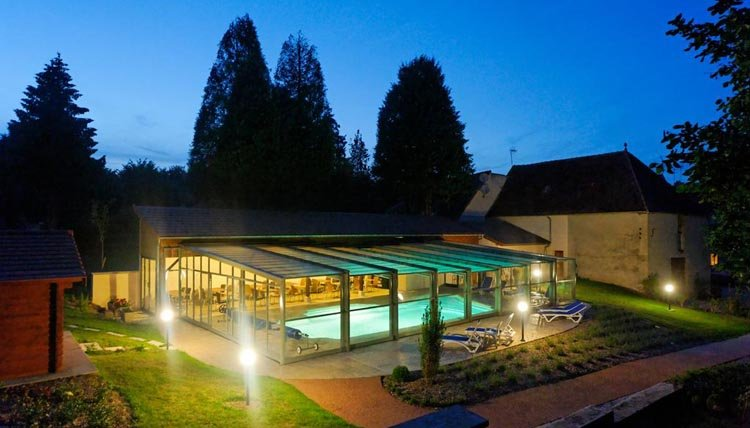 Hotel des Trois Maures Bourgogne - zwembad avond