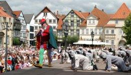 De Märchenstrasse oftewel sprookjesroute - Straatvoorstelling rattenvanger van Hamelen