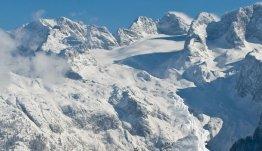 De machtig mooie besneeuwde toppen in Oberösterreich
