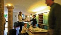 U wordt hartelijk ontvangen bij de receptie van Hotel Alte Post