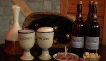 Moli Bière drinken in de bar van Hotel Les Jardins de la Molignee