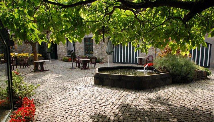 Prachtige patio van Hotel Les Jardins de la Molignee