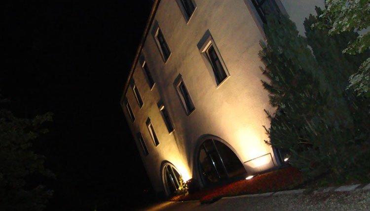 Entree van Hotel Les Jardins de la Molignee in de avond