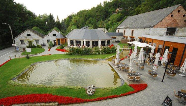 De tuin met terras van Hotel Les Jardins de la Molignee