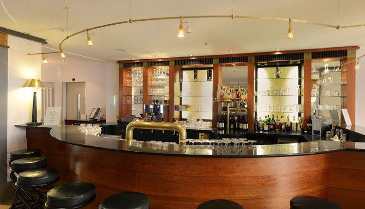 Drink een aperitiefje in de bar van Hotel Kaiserin Augusta