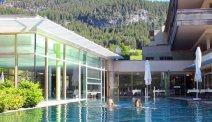 Zwemmen tussen de bergen in thermenhotel Bleibergerhof