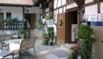 Het terras op de binnenplaats van Hotel Goldener Hirsch