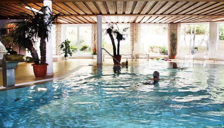 Ontspannen in het overdekte zwembad van Hotel Schöne Aussicht