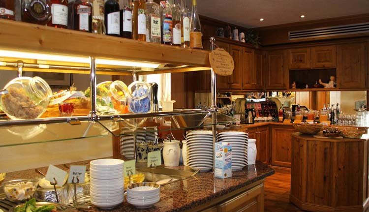 De dag begint goed met het uitgebreide ontbijtbuffet in Hotel Schöne Aussicht
