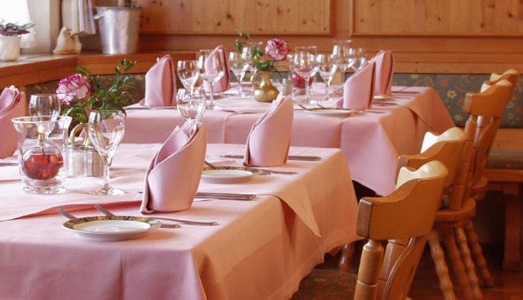 De gedekte tafel staat voor u klaar bij Hotel Schöne Aussicht