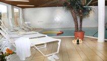Relaxen op een van de ligstoelen bij het zwembad van Hotel Schöne Aussicht