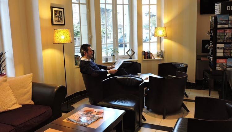 Hotel Balmoral - krantje lezen in de lounge