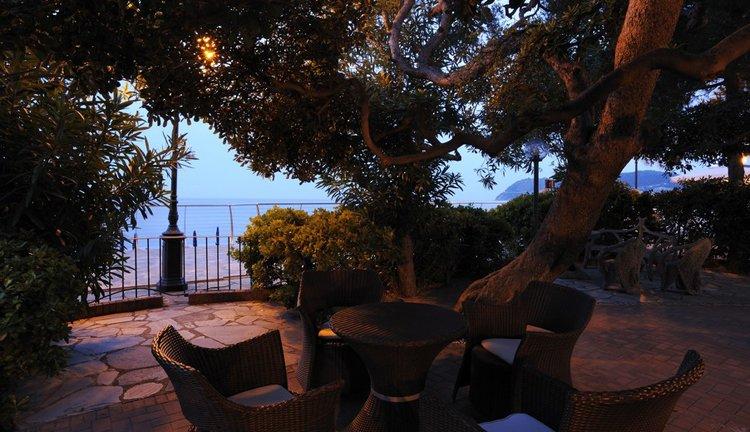 Geniet op het terras van Hotel Mediterranee van de zonsondergang