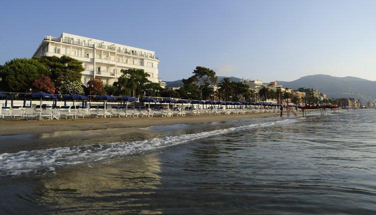 Hotel Mediterranee is prachtig direct aan het strand gelegen