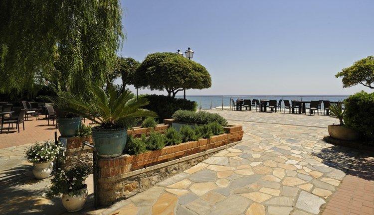 Ziet u zich al hier op het terras van Hotel Mediterranee genieten van een verwarmend zonnetje?
