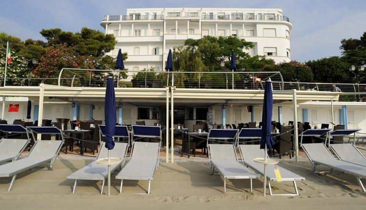 Het heerlijk strand bij Hotel Mediterranee