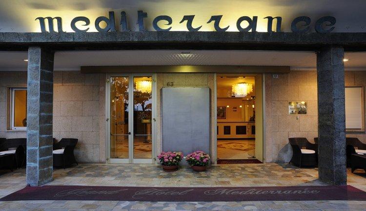U wordt verwelkomt bij de prachtige entree van Hotel Mediterranee