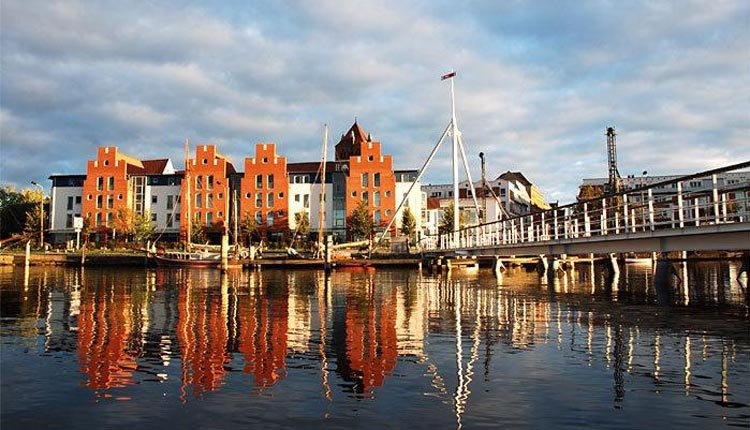 Wandelen over de kade van Wismar bij Hotel Alter Speicher