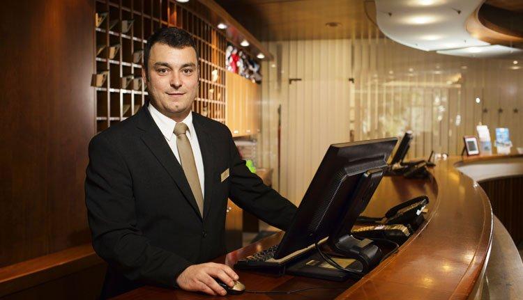U wordt hartelijk ontvangen bij de receptie van Hotel Golf