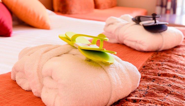 Hotel du Béryl St. Brevin - 2-persoonskamer - badjassen slippers liggen voor u klaar