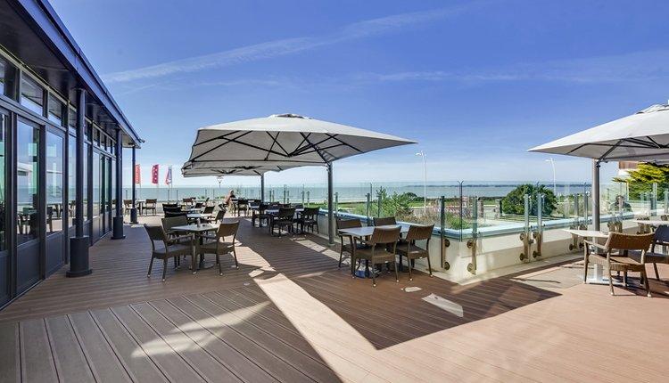 Ziet u zich hier al zitten? Heerlijk op het terras aan het strand bij Hotel du Béryl St. Brevin