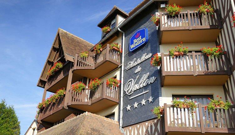 De architectuur in neo-normandische stijl van Best Western Hostellerie du Vallon
