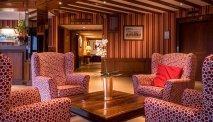 Ontspan met een krantje in de lounge van Best Western Hostellerie du Vallon