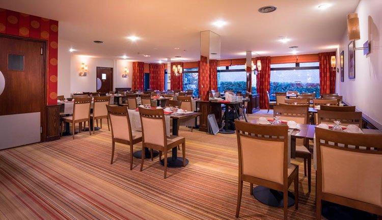 Best Western Hostellerie du Vallon heeft geen restaurant, maar wel een ontbijtzaal