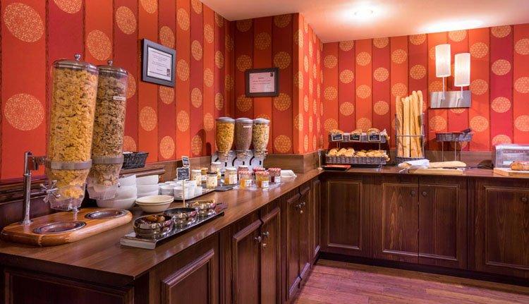 Start de dag met een ontbijtbuffet bij Best Western Hostellerie du Vallon