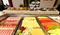 De dag start met een riant ontbijbuffet bij Hotel Kompas in Bled