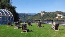 Ligweide met uitzicht over het meer bij Hotel Kompas in Bled