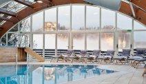 Hotel Kompas Bled - zwembad met ligstoelen om heerlijk te ontspannen