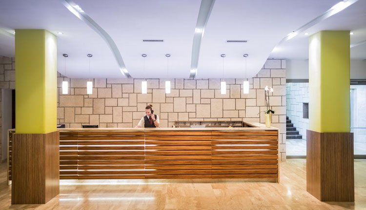 De moderne receptie van Hotel Lucija