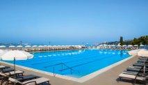 Heerlijke buitenbaden met prachtig uitzicht op zee bij Hotel Lucija