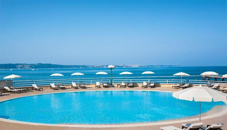 De buitenbaden van Hotel Lucija liggen vlak aan het strand