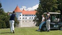 Hotel Grad Mokrice ligt direct aan de golfbaan
