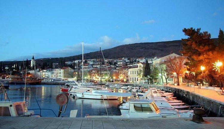 Hotel Selce ligt op 2 minuten lopen van de haven en boulevard van Selce