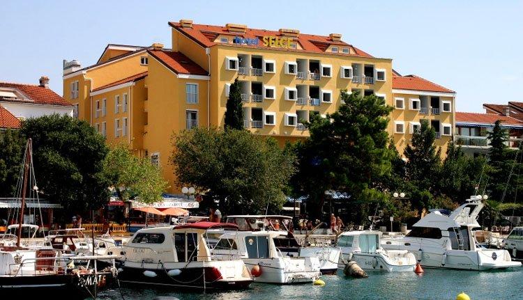 Hotel Selce ligt op 2 minuten lopen van de haven, boulevard en strand van Selce