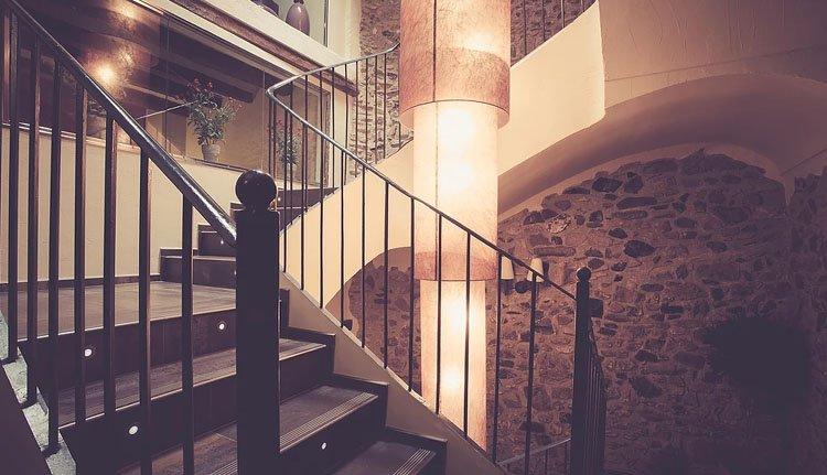 Het prachtige trappenhuis van Hotel Cal Barber