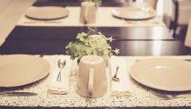 De gedekte tafels staan klaar voor het ontbijt