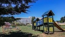 Hotel Holiday - speeltuin in grote tuin