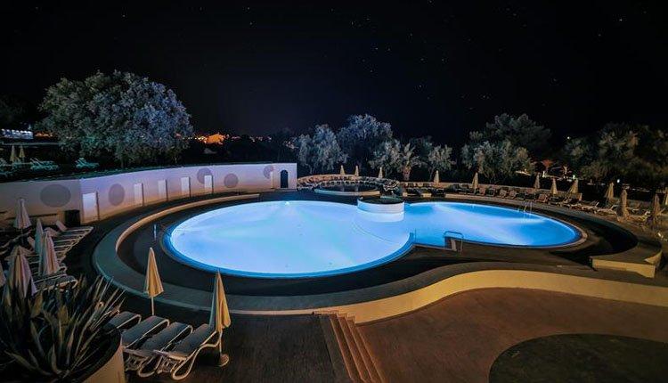 Hotel Park Plaza Belvedere zwembad by night