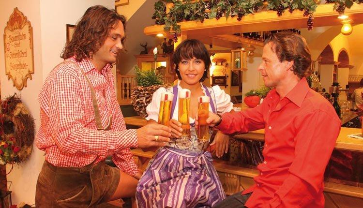 Aan het einde van een voldane vakantiedag nog een drankje drinken in de bar van Hotel Alte Post