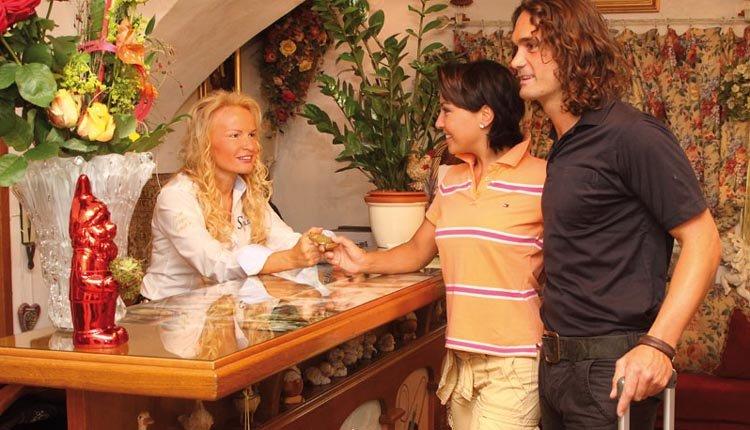 Vriendelijk ontvangst bij de receptie van Hotel Alte Post