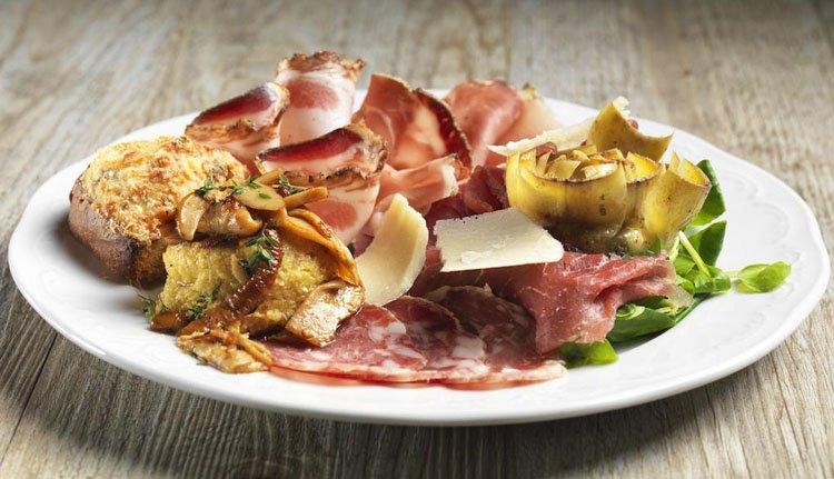 Aan het eind van de middag uw vakantiedag afsluiten met heerlijk antipasti bij Hotel Miralago
