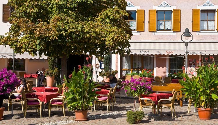 Genieten op het terras bij Hotel Seppi