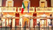 De kleurrijke gevel van Hotel Puccini