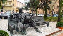 Het standbeeld van Giacomo Puccini bij het gelijknamige hotel
