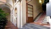 De indrukwekkende hal van Hotel Silla